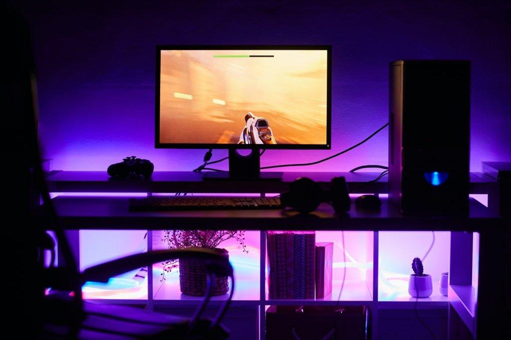 Tietokonepeli tietokoneen ruudulla
