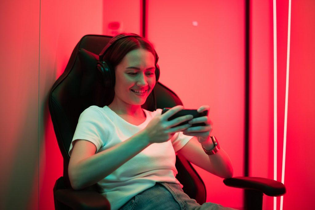 Nainen pelaa ilmaispelejä puhelimella
