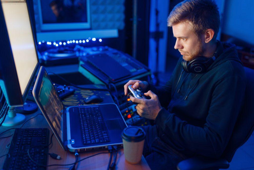Mies pelaa ilmaisia pelejä tietokoneella